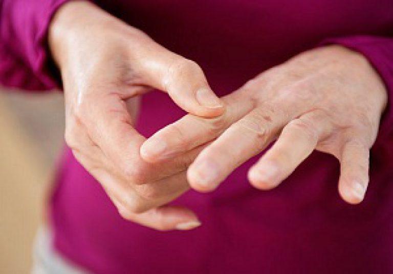 Sormede liigeste haiguste tunnused Painutatud asendis valus liigesed